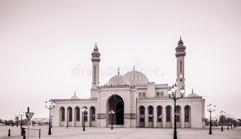 Εξωτερικό του μεγάλου μουσουλμανικού τεμένους Al Fateh το βράδυ manama του Μπαχρέιν στοκ εικόνα