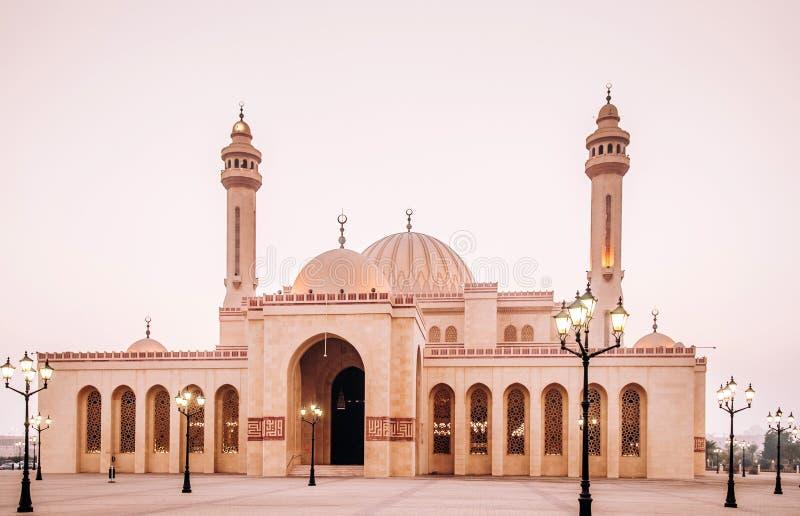Εξωτερικό του μεγάλου μουσουλμανικού τεμένους Al Fateh το βράδυ manama του Μπαχρέιν στοκ φωτογραφία με δικαίωμα ελεύθερης χρήσης