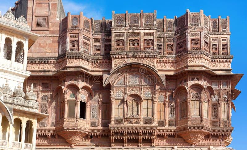 Εξωτερικό του παλατιού στο διάσημο οχυρό Μεχρανγκάρχ στο Jodhpur, πολιτεία Ρατζαστάν, Ινδία στοκ εικόνα με δικαίωμα ελεύθερης χρήσης