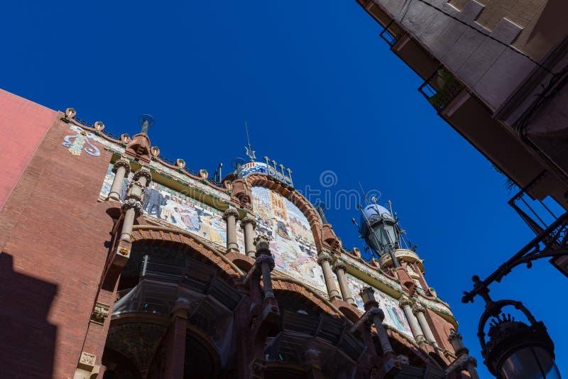 Εξωτερικό του παλατιού της καταλανικής αίθουσας συναυλιών μουσικής που πυροβολείται από την οδό στοκ εικόνες