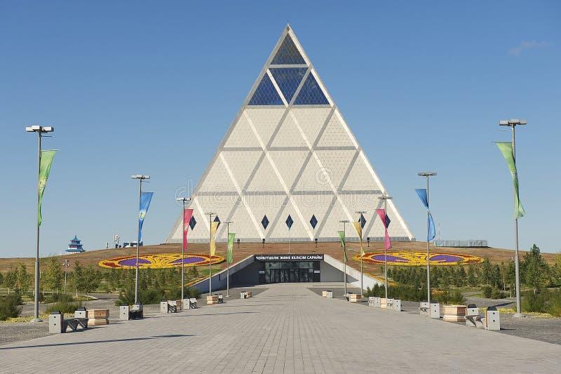 Εξωτερικό του παλατιού του κτηρίου ειρήνης και συμφιλίωσης σε Astana, Καζακστάν στοκ εικόνες