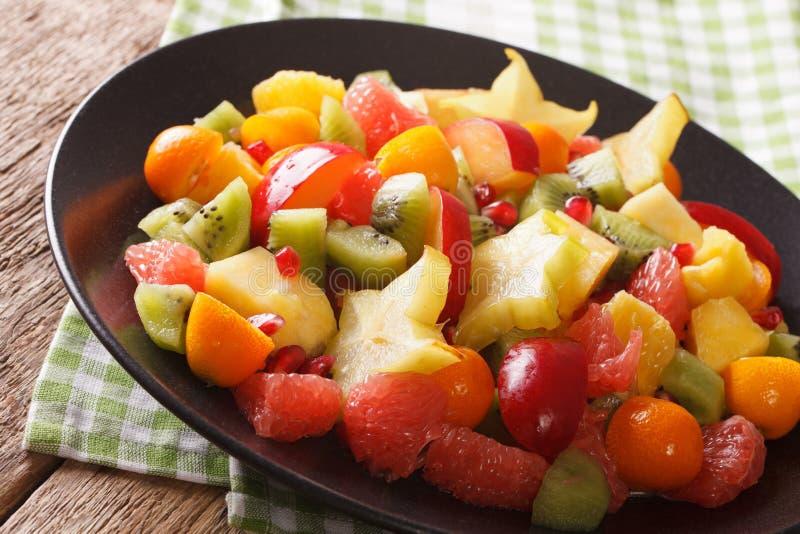 Εξωτικά τρόφιμα: σαλάτα του πορτοκαλιού, κουμκουάτ, ανανάς, carambola, gra στοκ εικόνα