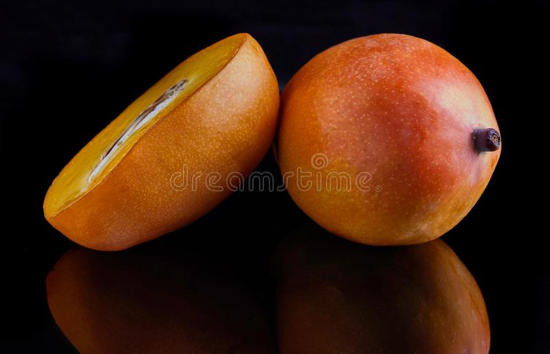 Εξωτικά φρούτα μάγκο που απομονώνονται στο μαύρο υπόβαθρο στοκ φωτογραφία με δικαίωμα ελεύθερης χρήσης