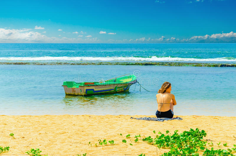 Εξωτική παραλία, νέο κορίτσι, αλιευτικό σκάφος και νερό στοκ φωτογραφία με δικαίωμα ελεύθερης χρήσης