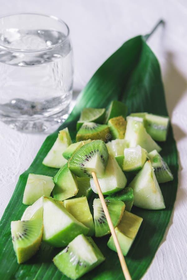 Εξωτική σαλάτα φρούτων σε ένα φύλλο Υγιή επιδόρπια διατροφής χορτοφάγος στοκ φωτογραφία με δικαίωμα ελεύθερης χρήσης