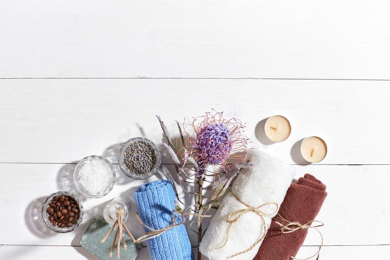εξωτική flower massage products spa πετσέτα πετρών Άλατα λουτρών, ξηρό lavender λουλουδιών, σαπούνι, κεριά και πετσέτα Επίπεδος β στοκ φωτογραφία με δικαίωμα ελεύθερης χρήσης