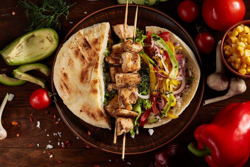 Εξωτικός ακόμα slife με το pita, φρέσκα λαχανικά και kebab πέρα από το ξύλινο υπόβαθρο, εκλεκτική εστίαση στοκ φωτογραφία