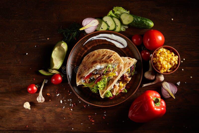 Εξωτικός ακόμα slife με το pita, φρέσκα λαχανικά και kebab πέρα από το ξύλινο υπόβαθρο, εκλεκτική εστίαση στοκ εικόνες