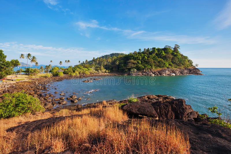 Εξωτικό τροπικό νησί κάτω από το μπλε ουρανό στοκ εικόνες