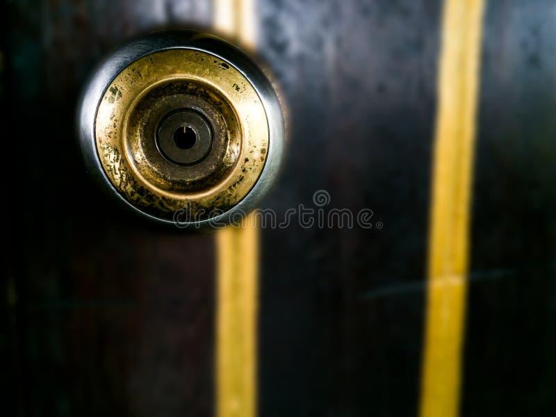 Εξόγκωμα πορτών ορείχαλκου μετάλλων στην ξύλινη πόρτα στοκ εικόνες με δικαίωμα ελεύθερης χρήσης