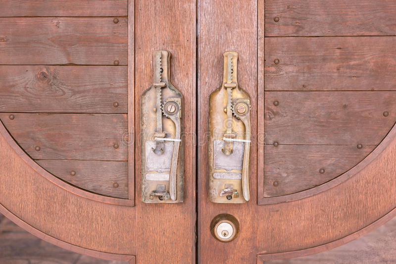 Εξόγκωμα πορτών στο εκλεκτής ποιότητας ύφος στην ξύλινη πόρτα στοκ εικόνες