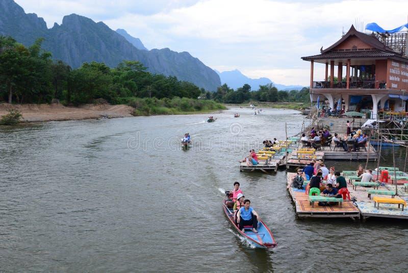 Εξόρμηση βαρκών στον ποταμό τραγουδιού Nam Vang Vieng Λάος στοκ φωτογραφία