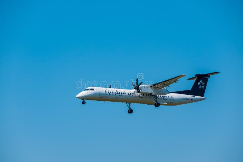 Εξόρμηση 8 Bomardier αερογραμμών συμμαχίας αστεριών Q400 αεροπλάνο που προετοιμάζεται για την προσγείωση στο χρόνο ημέρας στο διε στοκ φωτογραφίες με δικαίωμα ελεύθερης χρήσης
