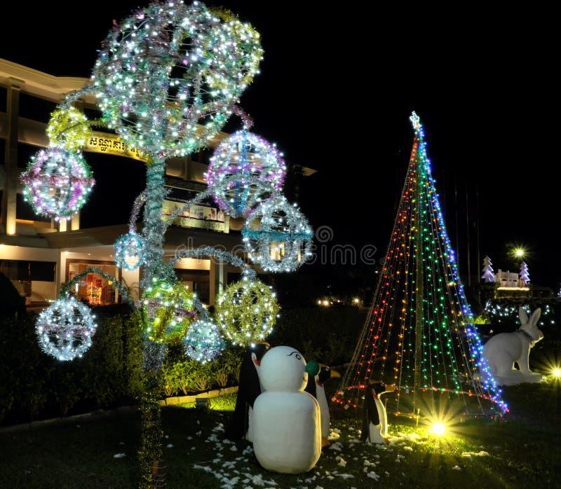 Εορτασμοί Χριστουγέννων στις χώρες με τα θερμά κλίματα Διακοσμήσεις Χριστουγέννων σε ένα πράσινο στοκ φωτογραφία
