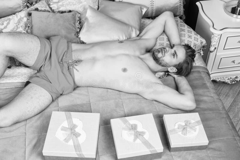 Εορτασμός ημέρας βαλεντίνων Προκλητική έκπληξη για το θηλυκό Άτομο στην κρεβατοκάμαρα πολυτέλειας με το κιβώτιο δώρων Όμορφοι ερα στοκ εικόνες