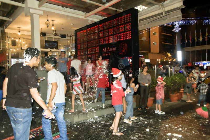 Εορτασμός και αντίστροφη μέτρηση κατά τη διάρκεια της Παραμονής Χριστουγέννων κατά μήκος της οδού πόλεων στοκ φωτογραφίες με δικαίωμα ελεύθερης χρήσης
