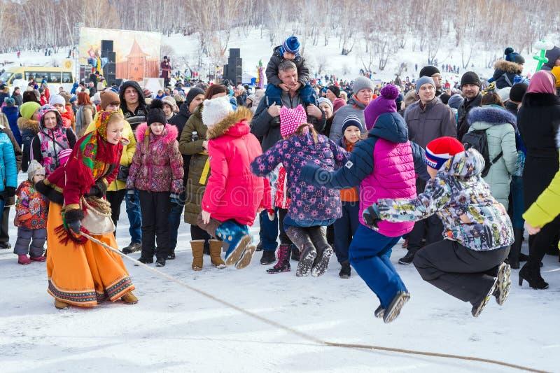 Εορτασμός καρναβαλιού Shrovetide Παιδιά που πηδούν το σχοινί στοκ εικόνες