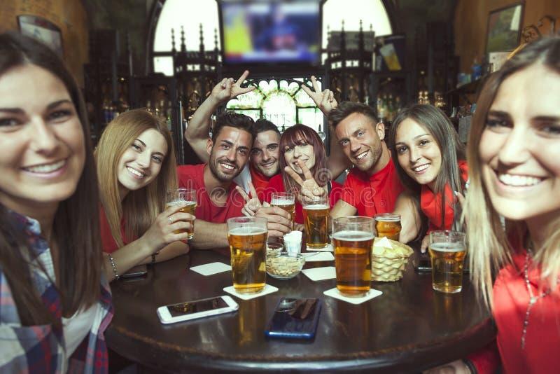 Εορτασμός ομάδας ανθρώπων σε μια μπύρα κατανάλωσης μπαρ στοκ εικόνες με δικαίωμα ελεύθερης χρήσης