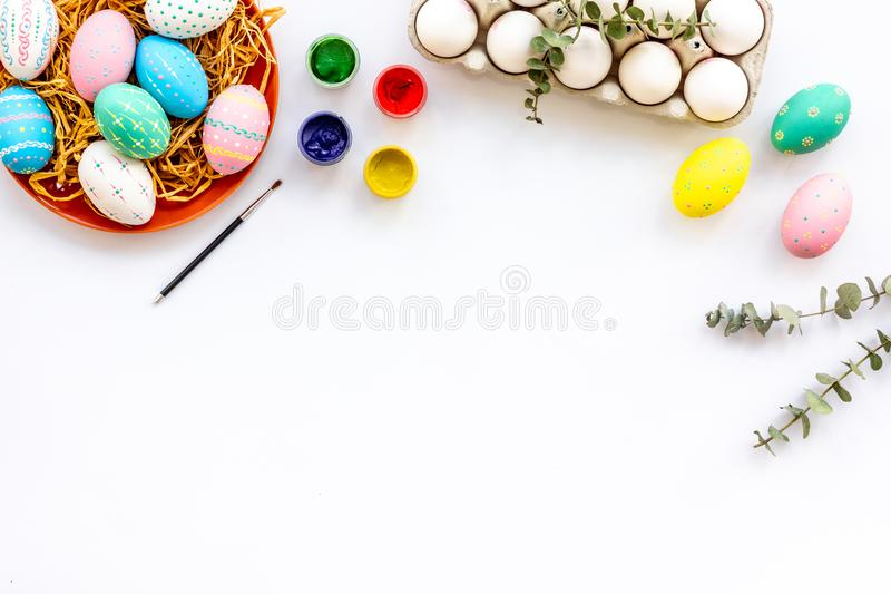 Εορτασμός Πάσχας με τα ζωηρόχρωμα αυγά στην άσπρη χλεύη άποψης υποβάθρου τοπ επάνω στοκ εικόνες