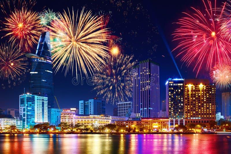 Εορτασμός Πυροτεχνήματα οριζόντων στην πόλη Εικονική παράσταση πόλης, αστικό landsca στοκ εικόνα