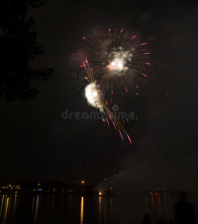 Εορτασμός πυροτεχνημάτων πέρα από τον ποταμό του Οχάιου στοκ φωτογραφία