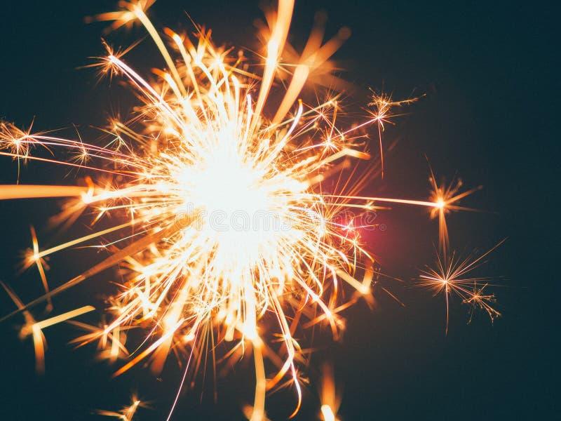 Εορτασμός πυροτεχνημάτων σπινθηρίσματος κατά τη διάρκεια των διακοπών στοκ εικόνες