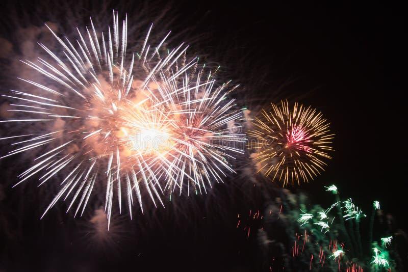 Εορτασμός πυροτεχνημάτων τη νύχτα στο νέο διάστημα έτους και αντιγράφων - ABS στοκ εικόνες