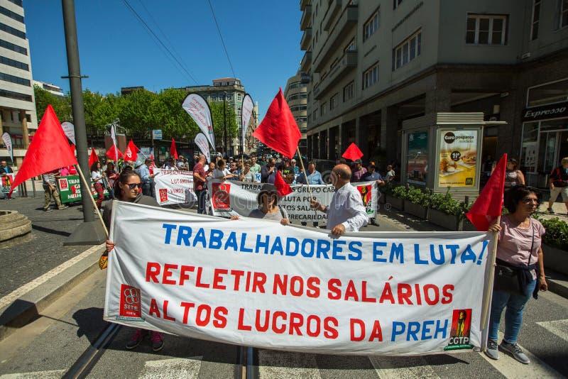 Εορτασμός της ημέρας Μαΐου στο κέντρο του Οπόρτο Γενική συνομοσπονδία των πορτογαλικών εργαζομένων, που συνδέεται με το κομμουνισ στοκ φωτογραφία με δικαίωμα ελεύθερης χρήσης