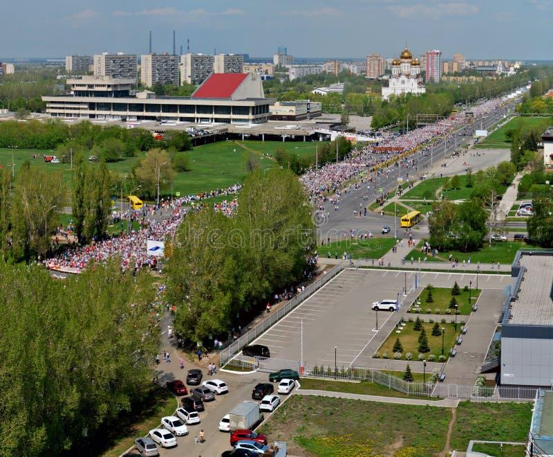 Εορτασμός της ημέρας νίκης Χιλιάδες άνθρωποι πήραν στο κεντρικό δρόμο για να συμμετέχουν στο αθάνατο σύνταγμα δράσης στοκ εικόνες