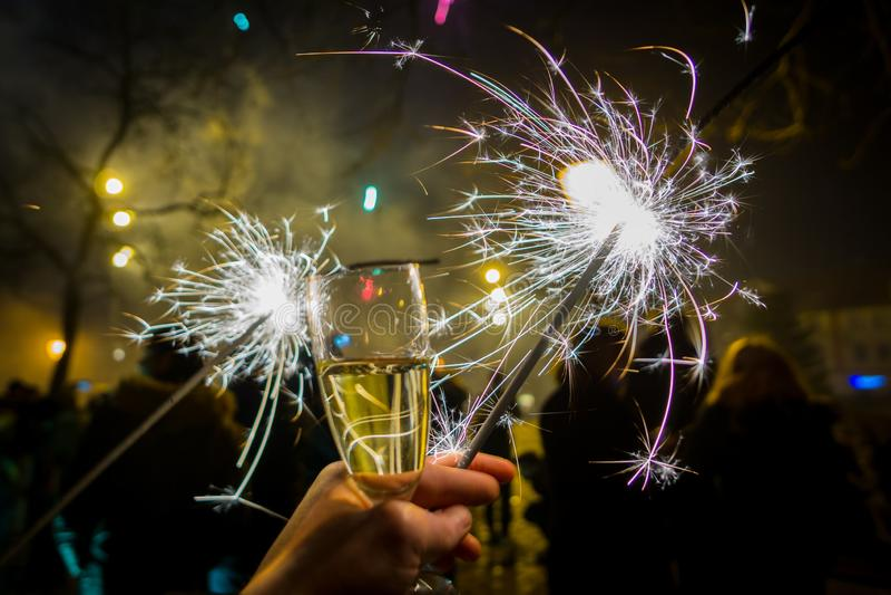 Εορτασμός της νέας παραμονής ετών με το κρασί και τα sparklers στοκ εικόνα με δικαίωμα ελεύθερης χρήσης