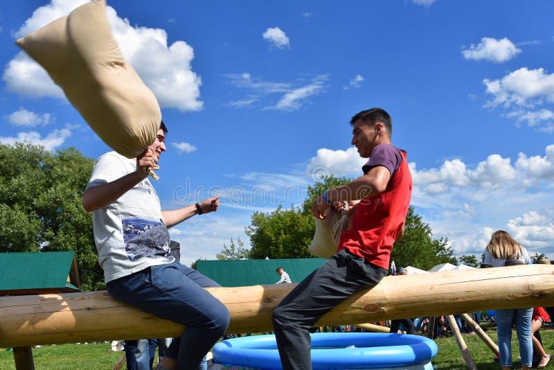 Εορτασμός Sabantui στη Μόσχα Μια μάχη των σάκων στοκ εικόνες
