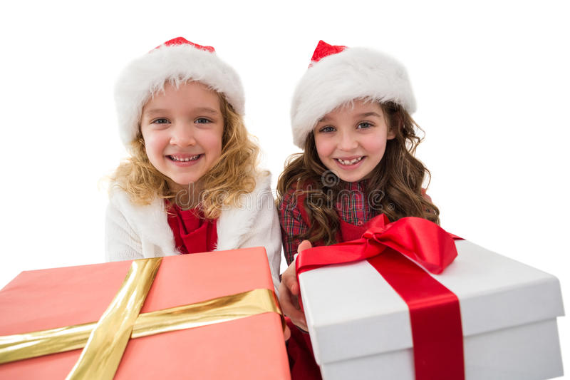 Εορταστικά μικρά κορίτσια που χαμογελούν στα δώρα εκμετάλλευσης καμερών στοκ φωτογραφία με δικαίωμα ελεύθερης χρήσης