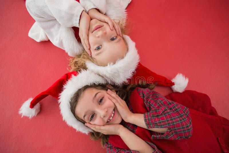 Εορταστικά μικρά κορίτσια που χαμογελούν στη κάμερα στοκ φωτογραφίες