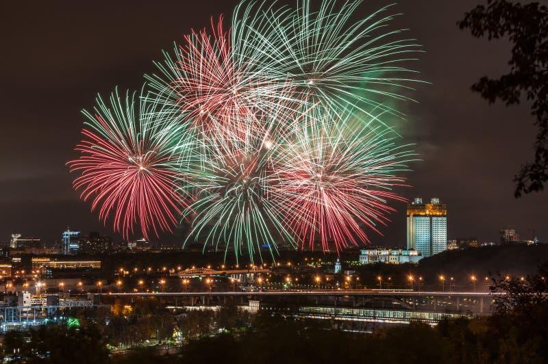 Εορταστικά πυροτεχνήματα σε Vorobyovy αιμόφυρτο στη Μόσχα στοκ εικόνες