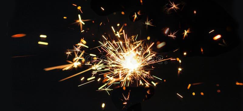Εορταστικά sparklers Χαρούμενα Χριστούγεννας στο μαύρο baclground Χρυσό μΑ στοκ φωτογραφία με δικαίωμα ελεύθερης χρήσης