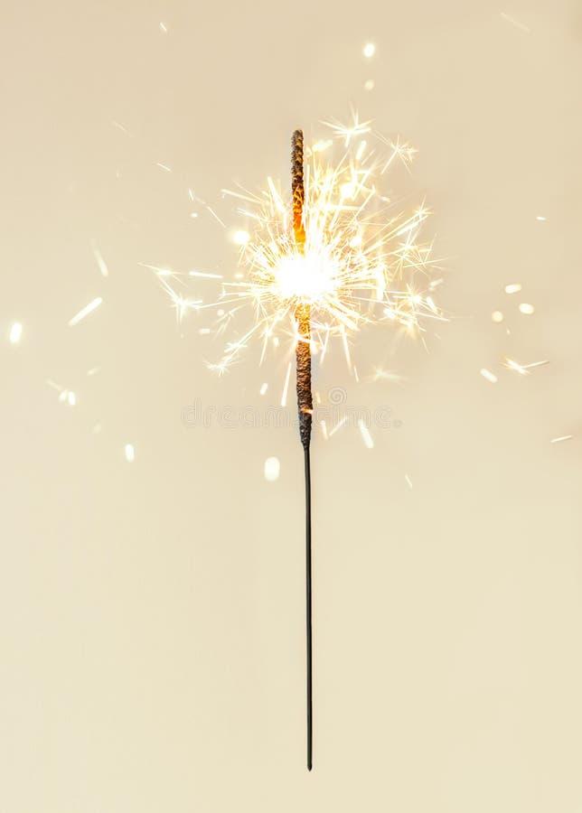 Εορταστικά sparklers Χαρούμενα Χριστούγεννας Χρυσά μαγικά φω'τα για το holid στοκ φωτογραφίες