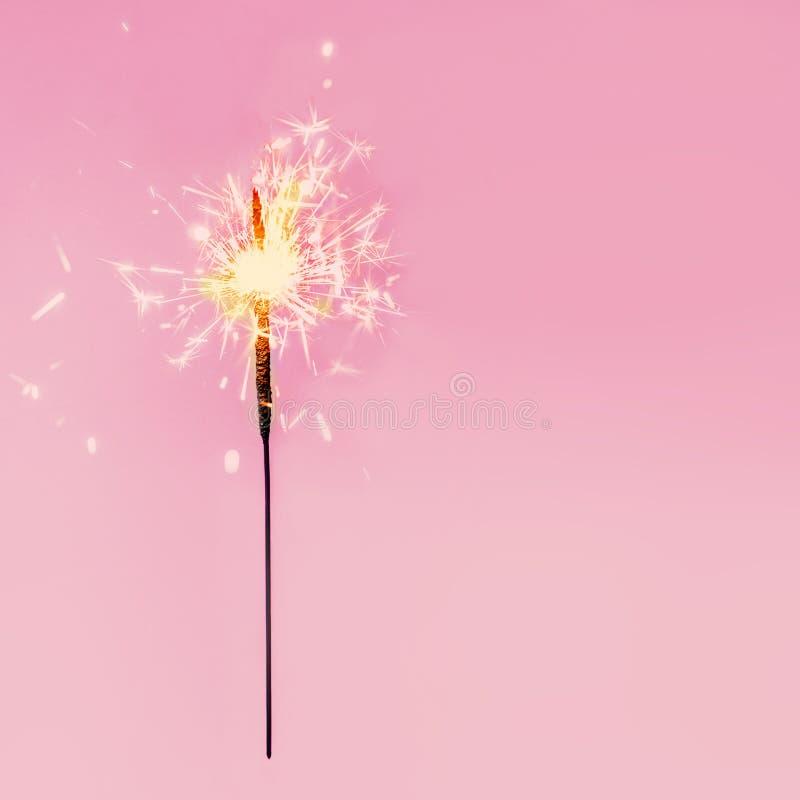 Εορταστικά sparklers Χαρούμενα Χριστούγεννας Χρυσό μαγικό σπινθήρισμα beaut στοκ εικόνες με δικαίωμα ελεύθερης χρήσης