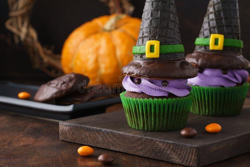 Εορταστικές αποκριές cupcakes με τα καπέλα και την καραμέλα μαγισσών γκοφρετών στοκ φωτογραφία με δικαίωμα ελεύθερης χρήσης