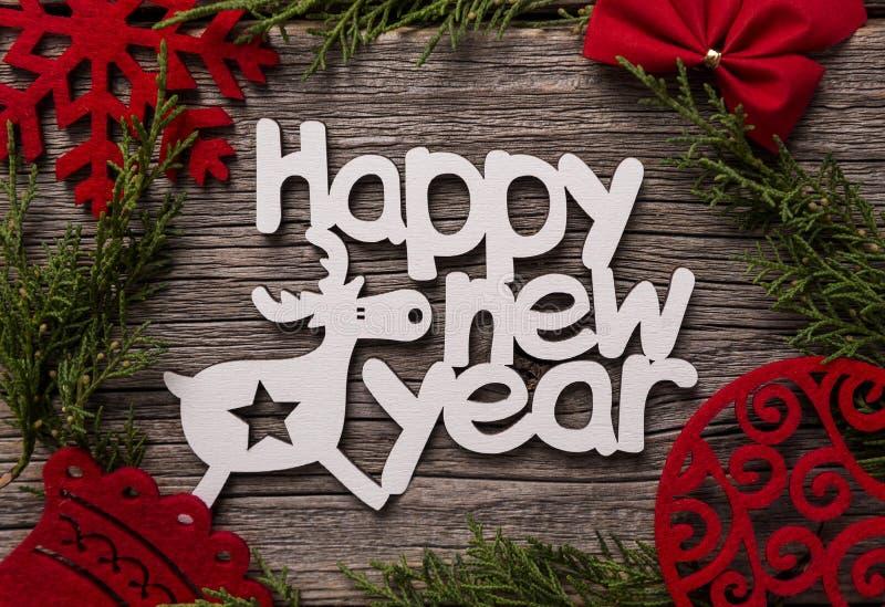 Εορταστική επιγραφή καλή χρονιά Σύνθεση σε ένα ξύλινο υπόβαθρο στοκ εικόνες