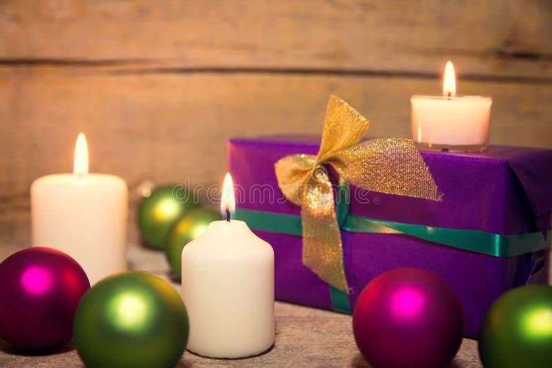 Εορταστική διακόσμηση Χριστουγέννων πράσινος και πορφυρός στοκ φωτογραφία με δικαίωμα ελεύθερης χρήσης