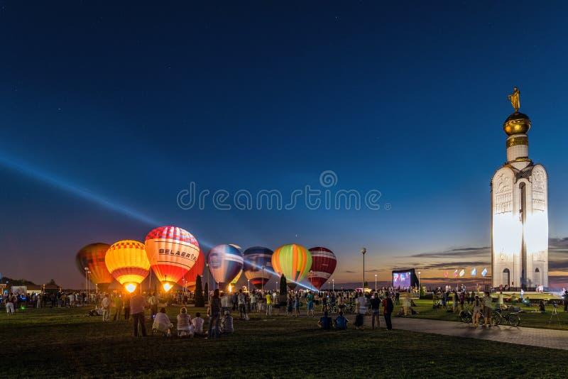 Εορταστική πυράκτωση νύχτας των μπαλονιών κοντά στο καμπαναριό στον αναμνηστικό σύνθετο τομέα ` μάχης δεξαμενών πόλων ` Prokhorov στοκ εικόνα