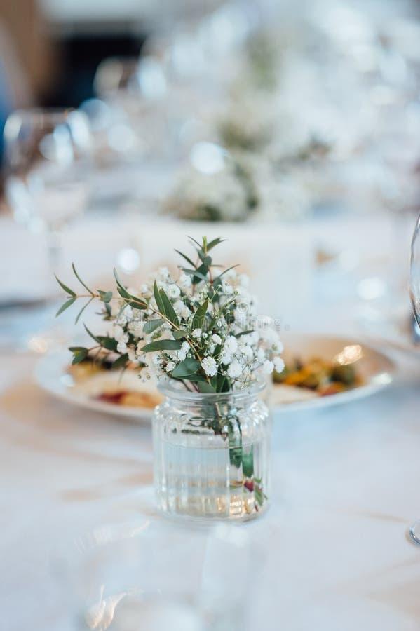 Εορταστική ρύθμιση γαμήλιων πινάκων Κενά γυαλιά κρασιού στοκ εικόνα