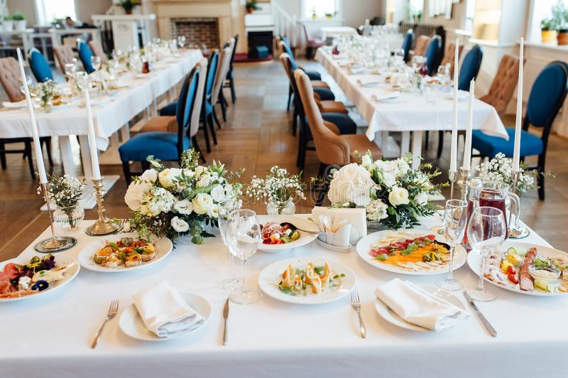Εορταστική ρύθμιση γαμήλιων πινάκων Κενά γυαλιά κρασιού στοκ εικόνες