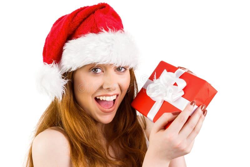 Εορταστική redhead εκμετάλλευση ένα δώρο στοκ εικόνες