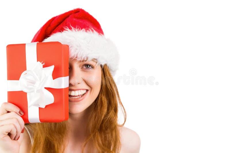 Εορταστική redhead εκμετάλλευση ένα δώρο στοκ φωτογραφίες