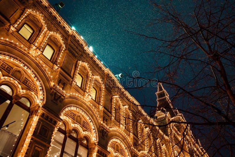 Εορταστικοί φωτισμοί στις οδούς της πόλης Νέα διακόσμηση φω'των έτους και Χριστουγέννων στη χιονώδη νύχτα, κόκκινη πλατεία, Μόσχα στοκ φωτογραφίες με δικαίωμα ελεύθερης χρήσης