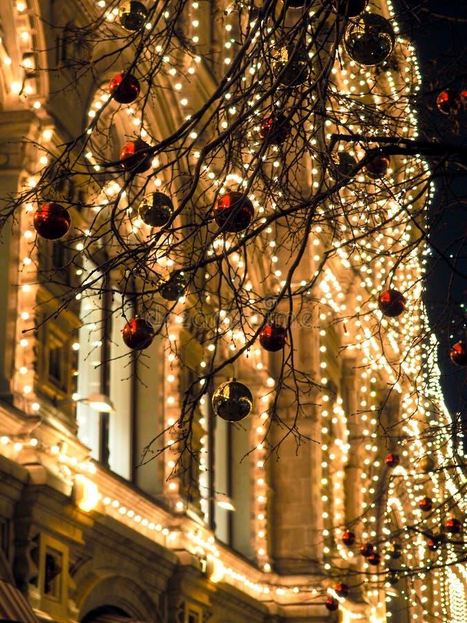 Εορταστικοί φωτισμοί στις οδούς της πόλης Χριστούγεννα στη Μόσχα, Ρωσία κόκκινο τετράγωνο στοκ εικόνα