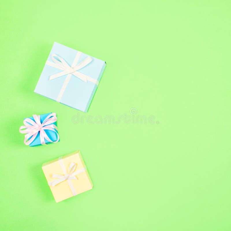 Εορταστικός, γενέθλια, ελάχιστο υπόβαθρο κρητιδογραφιών δώρων Πολύχρωμα κιβώτια δώρων στο πράσινο υπόβαθρο Γάμος, κομψός, αγάπη,  στοκ φωτογραφίες