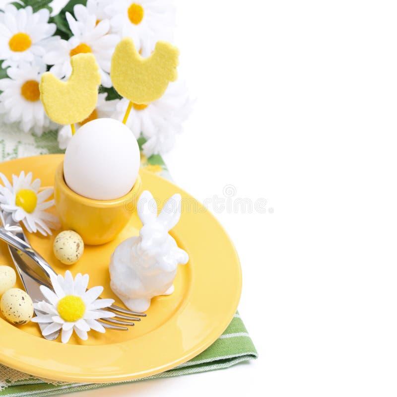 Εορταστικός πίνακας Πάσχας που θέτει με το αυγό, το άσπρα κουνέλι και τα λουλούδια στοκ φωτογραφία