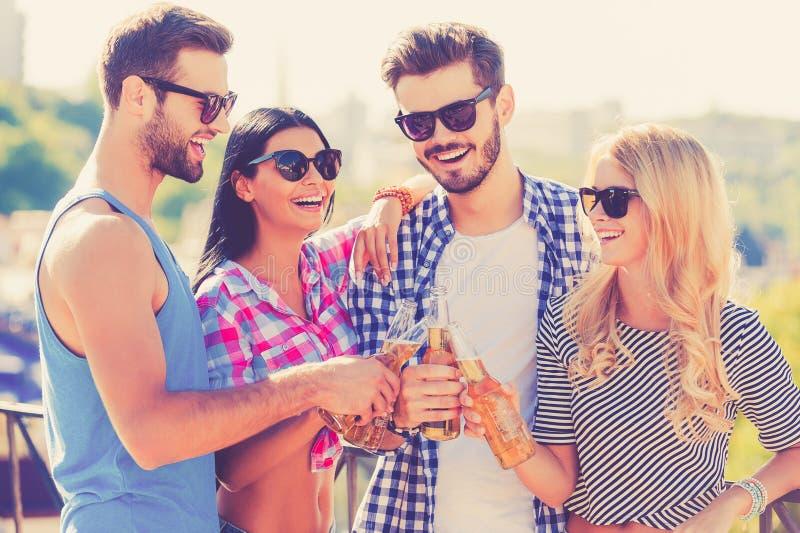 Εορταστικός χρόνος με τους φίλους στοκ εικόνες
